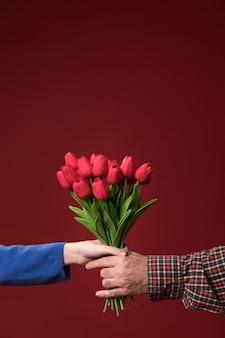 Папа и дочь держат цветы