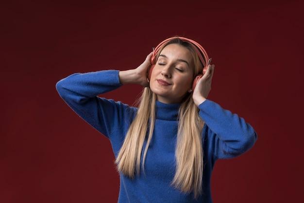 Женщина слушает музыку в наушниках