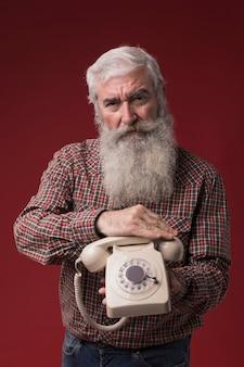 Старик держит телефон