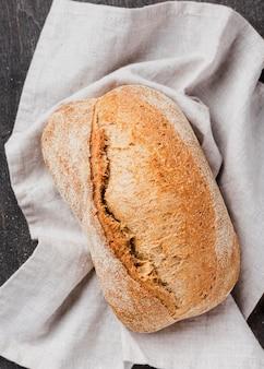 Вид сверху вкусный белый хлеб на ткани