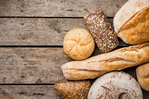 木製の背景を持つパンとパンのトップビュー