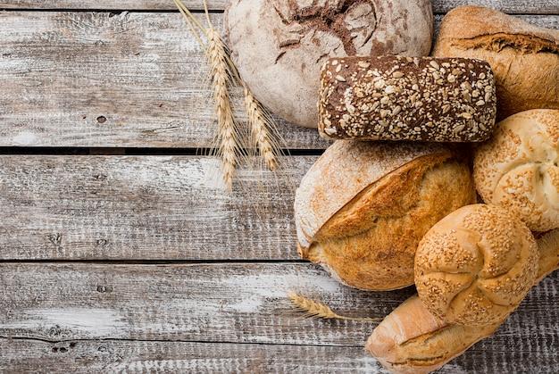 Вкусный белый и цельнозерновой хлеб копией пространства