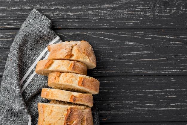 Вид сверху белые вкусные ломтики хлеба