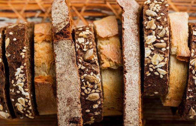 Крупным планом ломтики свежего хлеба вид сверху