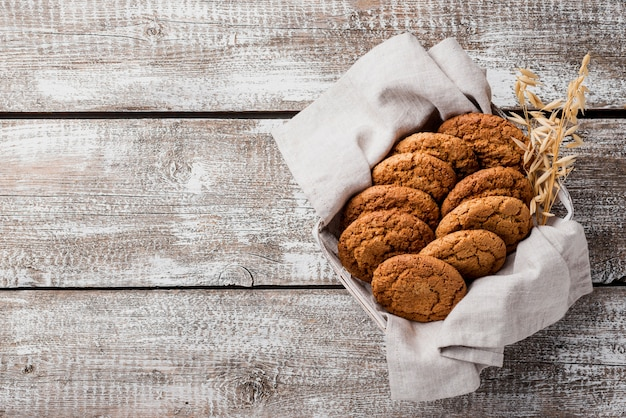 Вкусные печеные печенья в корзине и ткани