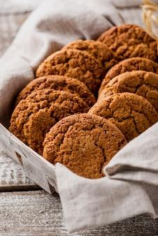 Высокий вид вкусного печенья в ткани и корзине
