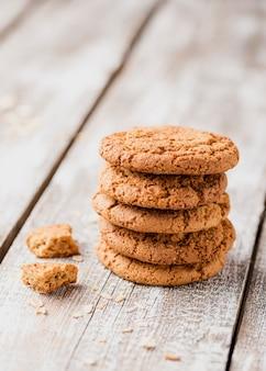 木製の背景にクッキーの山