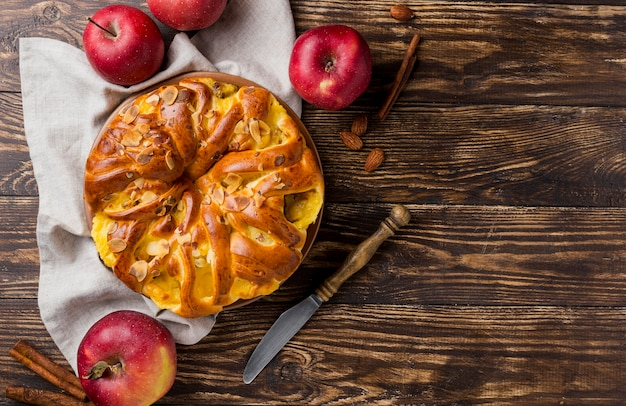 Вкусный свежий яблочный пирог на деревянном фоне