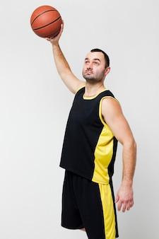 バスケットボールを保持している男性プレーヤーの正面図