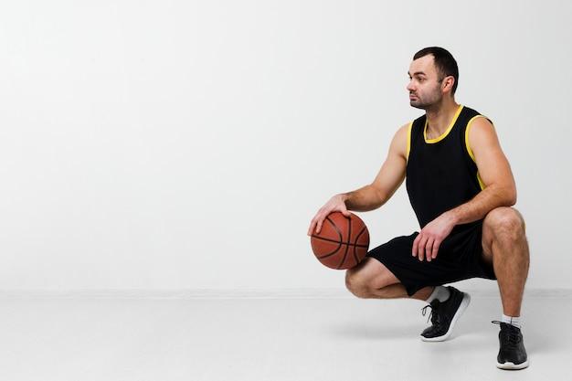 バスケットボールを押しながらコピースペースでよそ見男の正面図