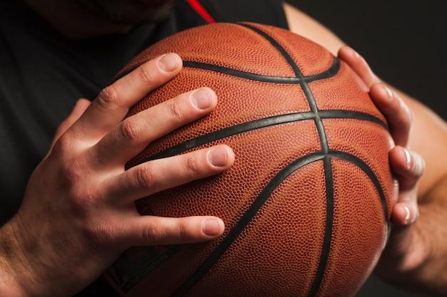 Крупный план ручного баскетбольного мяча