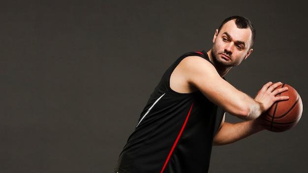 Взгляд со стороны баскетболиста представляя во время игры