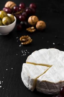 Ассортимент сыров под высоким углом на черном фоне