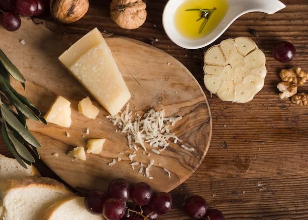 Вид сверху на сырную композицию на столе