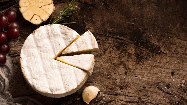 Вид сверху композиция различных деликатесов на деревянный стол с копией пространства