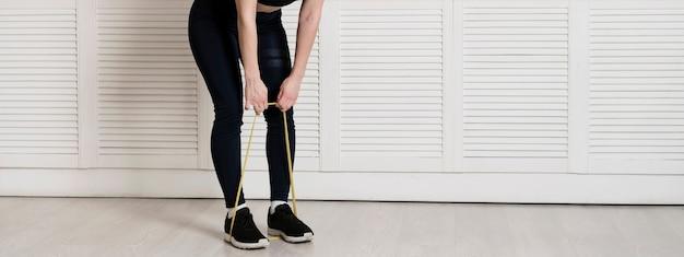 Тренировка женщины крупного плана с резинкой