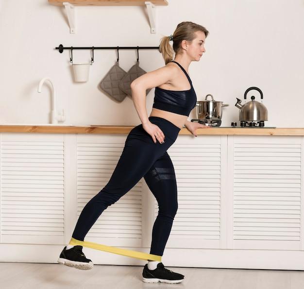 Женская тренировка под высоким углом на резинке