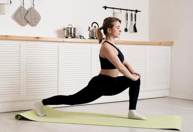 若い女性の自宅でトレーニング