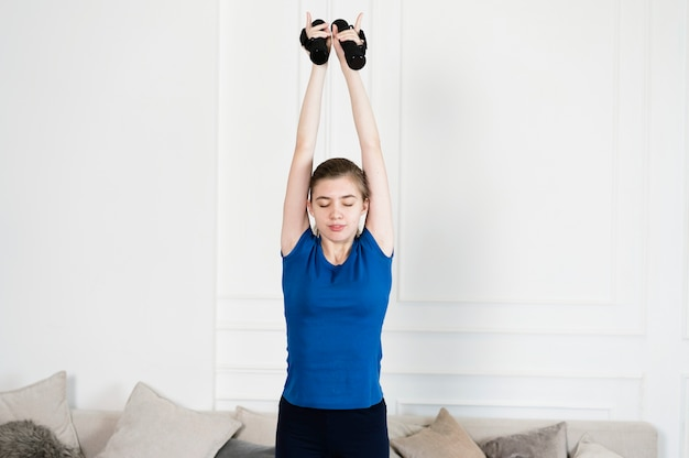 Девочка-подросток работает с весами
