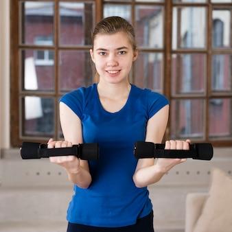Тренировка портретной девушки с весами