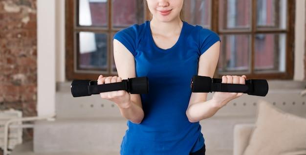 Тренировка девушки крупного плана с весами