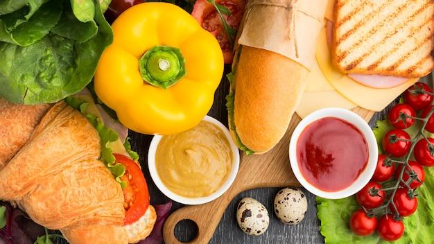 健康的なサンドイッチと食材