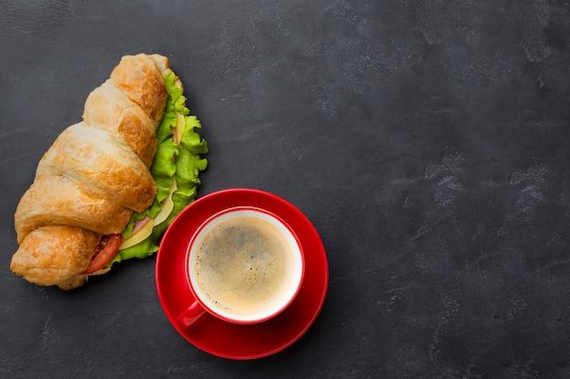 Вкусный бутерброд и кофе