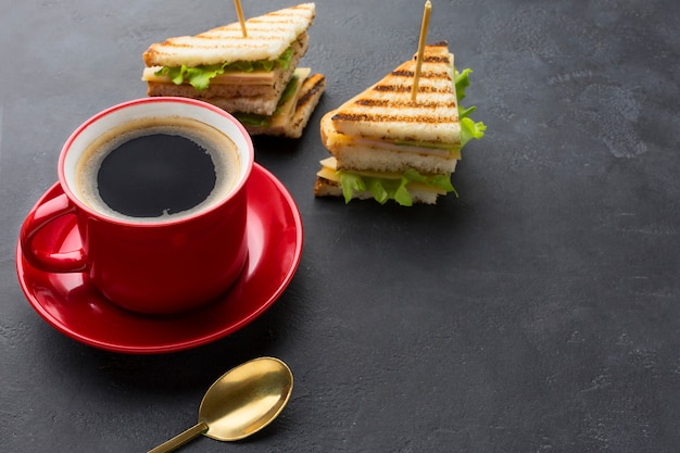 クラブサンドイッチとコーヒー