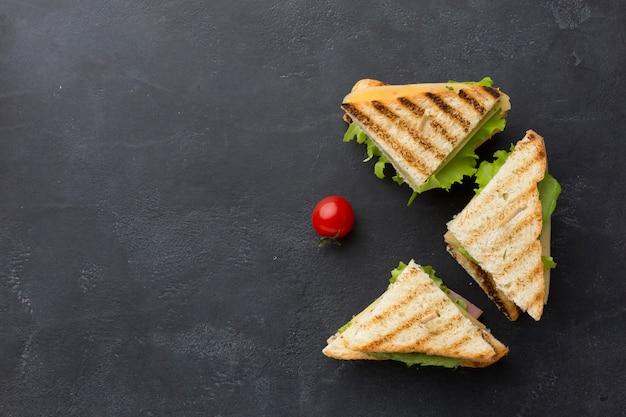 Хрустящие клубные бутерброды вид сверху