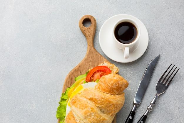 サンドイッチとコーヒーをクローズアップ