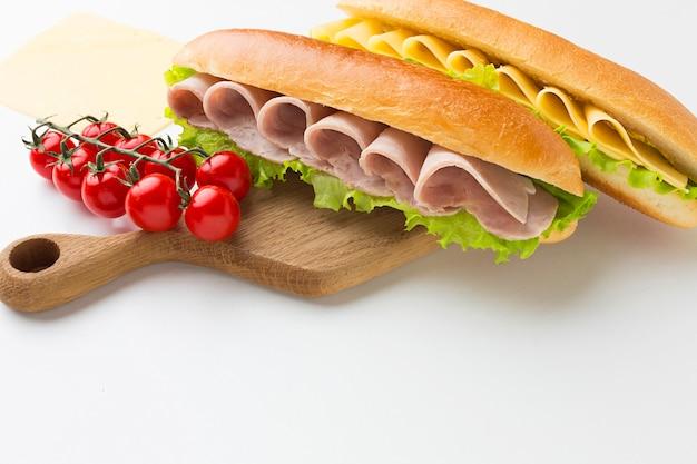 トルコとチーズのサンドイッチをクローズアップ