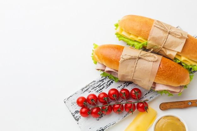 Свежие сэндвичи и помидоры
