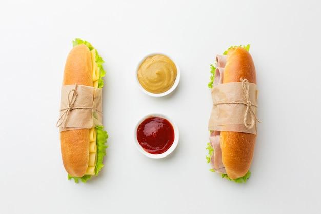 Бутерброды и соус вид сверху