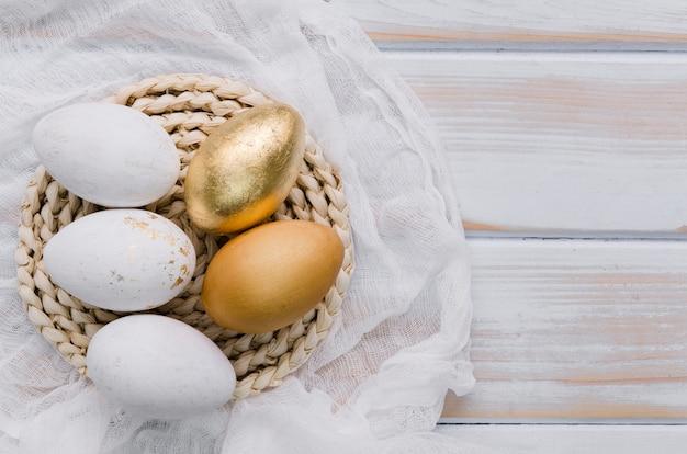 ランチョンマットにイースターの卵のフラットレイアウト
