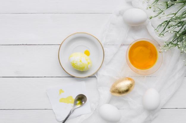 Вид сверху яйца на пасху с красителем и растением
