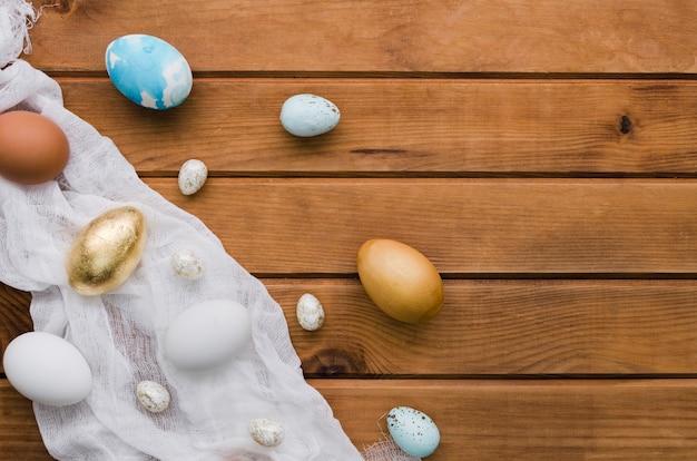 Вид сверху ассортимента пасхальных яиц с копией пространства