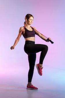 縄跳びを持つ若い女性