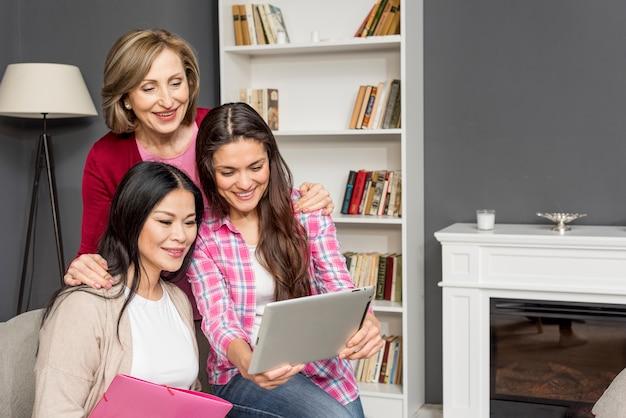 Группа женщин, глядя на планшет
