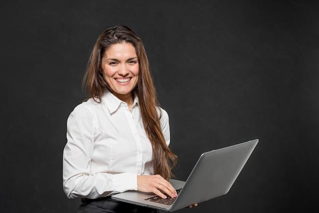 Вид спереди молодая женщина с ноутбуком