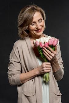 花の花束を持ってスマイリー女性