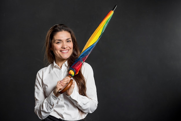 Смайлик женщина с красочным зонтиком