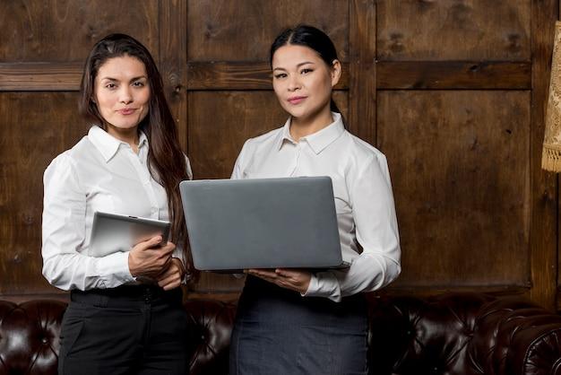 現代のデバイスで働く女性