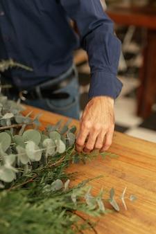 植物の高いビューを配置する男