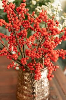 Макро красные цветы в вазе