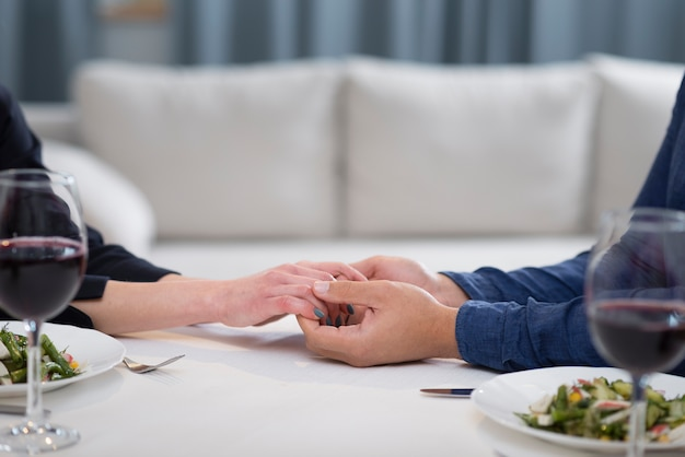 手を繋いでいるサイドビューカップル