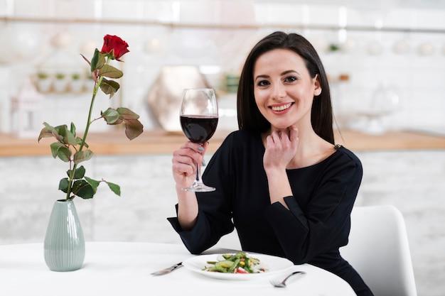 夫が一緒に夕食を取るのを待っている女性