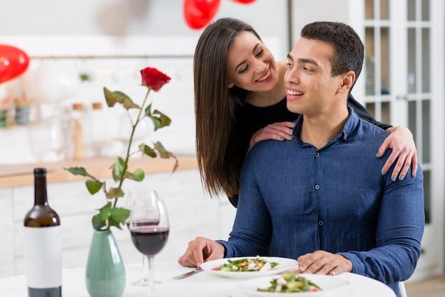 夕食のテーブルでバレンタインの日に一緒に時間を過ごすカップル