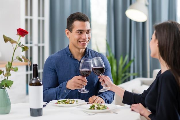 バレンタインの日に素敵な夕食を持っているカップル