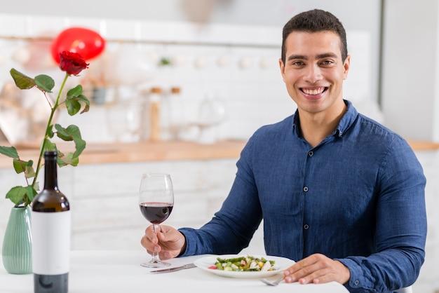 彼の妻との夕食を待っている男