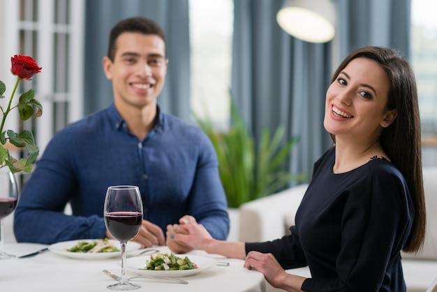 一緒にロマンチックなディナーを持っているカップル